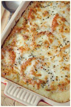 Pastel de patata y queso. Un pastel esponjoso de puré de patatas, cubierto con cremosa mozzarella, tomates picantes e hierbas italianas.