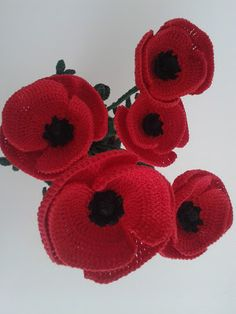 This simple and apparently delicate field flower really is very strong, we find it in fact that it comes out from the asphalt and the cre. Crochet Poppy Pattern, Crochet Flower Tutorial, Crochet Flowers, Crochet Patterns, Cute Crochet, Crochet Lace, Crochet Stitches, Half Double Crochet, Single Crochet