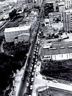 La carretera de Barcelona l'any 1969. S'hi distingeix perfectament la via del carrilet de Sant Feliu des de l'estació cap al C/ d'Emili Grahit. També es pot veure la gasolinera que hi hagué al capdamunt del C/ de la Creu.