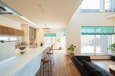 キッチンとダイニングは一直線になるように配置。家事導線が短いので使いやすい。コの字型のレイアウトで陽光を各部屋に採りこむ