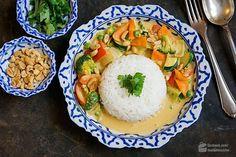 Gelbes Thai-Curry mit Erdnussbutter für 2 Personen: 2 TL gelbe Curry-Paste, 1 Dose Kokosmilch, 1 EL Kokosöl, 1/2 rote Paprika, 1 Zucchini, 1 Zwiebel, ...