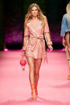 Take a look to Elisabetta Franchi Spring Summer 2019 Ready-To-Wearcollection: the fashion accessories and outfits seen on Milano runaways. Fashion Week, Look Fashion, Runway Fashion, Fashion Over 50, High Fashion, Fashion Show, Fashion Outfits, Womens Fashion, Fashion Design