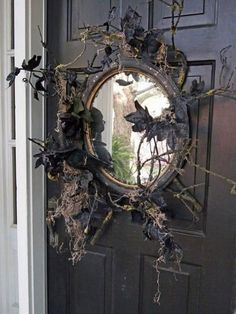 Scarily Charming Halloween Decorating Ideas in Vintage Style Use an old mirror in place of a wreath. DIY Halloween crafts and decoration ideas.Use an old mirror in place of a wreath. DIY Halloween crafts and decoration ideas. Retro Halloween, Entree Halloween, Table Halloween, Halloween Projects, Halloween House, Spooky Halloween, Holidays Halloween, Halloween Party, Outdoor Halloween