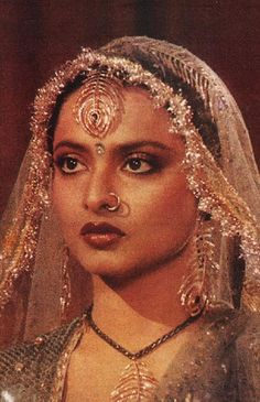 I'm taken away by her beauty. Vintage Bollywood, Indian Bollywood, Bollywood Stars, Rekha Actress, Bollywood Actress, Bollywood Makeup, Rekha Saree, Indian Aesthetic, Vintage India
