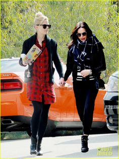 Swan Queen: Paparazzi catch Sheriff Swan and Mayor Mills enjoying their holiday together.