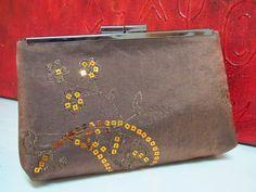 Bolsa Clutch em Cetim de seda cor chocolate com aplicacao de paetes cor de cobre. Forrada com cetim cor chocolate. Costura francesa. Fecho em metal cor grafite.