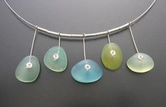 Faux Beachglass Halsreifen -- die hängenden Fünf --  by ilex123 .... like how she used the spacer beads