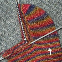 Instructions for the round heel More - Eva Lange - - Anleitung für die runde Ferse Mehr Instructions for the round heel More - Knitting Websites, Knitting Blogs, Knitting For Beginners, Knitting Socks, Knitted Hats, Knitting Patterns, Crochet Patterns, Knitting Tutorials, Top Pattern
