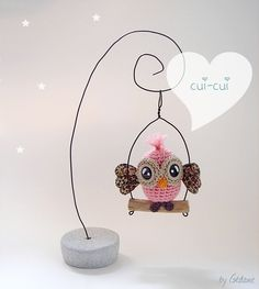 Crochet owl on a swing Crochet Owl Hat, Crochet Birds, Crochet Amigurumi, Amigurumi Patterns, Crochet Animals, Crochet Crafts, Crochet Projects, Crochet Patterns, Confection Au Crochet
