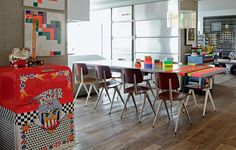... fitas adesivas neon decoram a mesa de jantar. O frigobar tem estampa com desenhos infantis ...