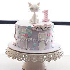 Cat cake More and like OMG! get some yourself some pawtastic adorable cat shirts, cat socks, and other cat apparel by tapping the pin! Pretty Cakes, Cute Cakes, Beautiful Cakes, Fondant Cakes, Cupcake Cakes, Kitten Cake, Animal Cakes, Gateaux Cake, First Birthday Cakes