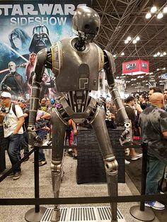 Sideshow présente le droïde reprogrammé K2SO en taille réelle, tel qu'il est dans le film Rogue One A Star Wars Story.