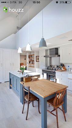 Bellissima cucina scandinava bianca blu e legno