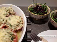 Gevulde tomaten met tonijn, maar het zou evengoed met Quorn of kipstuckjes, (vegetarische) ham of fijngehakt kunnen. Net wat je zelf lekker vindt.