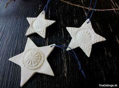 Her ser du stjerner lavet af den hvide selvhærdende ler. Som du kan se på billederne herunder er leret først rullet ud og derefter er der lavet mønster ved at trykke bunden af et glas – og kanten af e