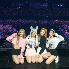Lisa, Jisso, Rosé e Jennie. Kpop Girl Groups, Korean Girl Groups, Kpop Girls, Divas, Kim Jennie, Forever Young, K Pop, Cool Girl, My Girl