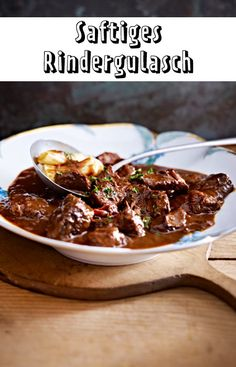 Juicy beef goulash- Saftiges Rindergulasch Goulash only tastes really good when the meat is tender. Beef Steak Recipes, Meat Recipes, Vegetarian Recipes, Clean Eating Diet, Clean Eating Recipes, Austrian Cuisine, Beef Goulash, Vegetable Soup Healthy, Good Healthy Recipes