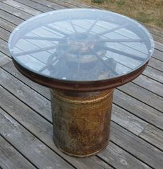 Make a fountain from a wagon wheel?Milk can & wagon wheel. My small dining room table is a wagon wheel w/ wood slates in-between. I would do the milk can version outdoors. Western Decor, Country Decor, Rustic Decor, Rustic Style, Table Cafe, Dining Room Table, Patio Table, Wagon Wheel Table, Wagon Wheel Decor