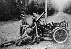 Tras años de relativo estancamiento, la guerra empezó su desenlace en marzo de 1917 con la caída del gobierno ruso y firma un acuerdo de paz entre la Rusia y las Potencias Centrales. Tras una gran ofensiva alemana a principios de 1918 a lo largo de todo el Frente Occidental, los Aliados hicieron retroceder a los alemanes en una serie de exitosas ofensivas. Alemania, en plena revolución, solicitó un armisticio el 11 de noviembre de 1918, poniendo fin a la guerra con la victoria aliada.
