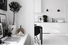Marmorplatta mot vitt kök och svart kran