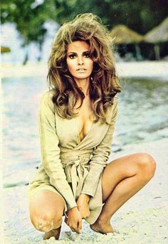 Raquel Welch is the brunette bombshell. lovvvvve This was my idol at None of my friends knew who she was but she was inspired beauty to me! Rachel Welch, Hollywood Glamour, Hollywood Stars, Classic Hollywood, Old Hollywood, Gary Glamour, Divas, Raquel Welch Young, Classic Beauty
