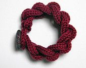 Bracelet chaîne tricot en laine avec bouton en tissu japonais. Rouge bordeaux