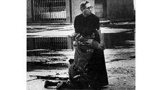Estrema unzione Il cappellano Luis Padillo stringe un militare morente in Venezuela (Credits: Héctor Rondón Lovera)