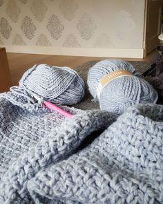 Gisteren gestart met een nieuw vest in de granietsteek naar een patroon van Echtstudio.  De juliawol haakt echt heerlijk weg.  Yesterday i started with a new cardigan. Pattern by Echtstudio.  #haken #hakenisfijn #haakjehappy #granietsteek #juliawol #juliagaren #crochet #crochetlover #yarn #yarnlove #crochetaddictnl #instacrochet by corinevdgraaf