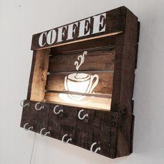 Mug holder & lamp Coffee Mug Display, Coffee Mug Holder, Coffee Nook, Coffee Bar Home, Pallet Crafts, Pallet Art, Wood Crafts, Pallet Wood, Coffee Theme