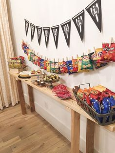 Concession stand for game day party appetizers баскетбольная вечеринка, пиж Festa Party, Sleepover Party, Slumber Parties, Ideas Party, Slumber Party Foods, Pajama Party Grown Up, Creative Party Ideas, Table Party