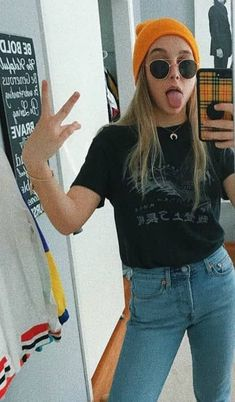 Emma Chamberlain Height Weight Age Body Statistics - Icon People - Ideas of Icon People - Emma Chamberlain in a selfie in February 2018 Emma Chamberlain, Teen Fashion Outfits, Trendy Outfits, Fall Outfits, Cute Outfits, Fasion, Womens Fashion, Style Fashion, Emma Style