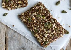 Ik ben groot fan van de www.ZTRDG.nl, zie hier hun recept voor hennepzaad crackers. Genoeg voor 4 personen: 50 g hennepzaad 50 g chiazaad / 50 g gemixte zaden en pitten (bijv. zonnebloempitten, pom…