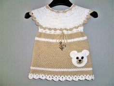 Dieses wunderschönes Baumwollkleidchen ist passend für jeden Anlass. Ob festlich oder als tägliches Sommerkleidchen, damit ist jedes Mädchen immer passend angezogen. Die niedliche Bärenapplikation dient als Tasche. Größe: Die Anleitung ist bei ange