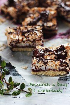 Mazurek z koksową bezą i czekoladą, całość przełamana porzeczkowym dżemem - pyszny nie tylko na Wielkanoc :)