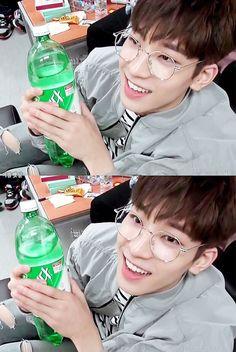Como podem pedir pro Wonwoo sorrir mais? Ele vive sorrindo XD tá mais ou menos... XD