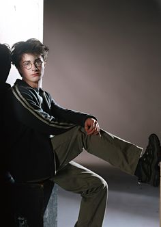 A gallery of Harry Potter and the Prisoner of Azkaban publicity stills and other photos. Featuring Daniel Radcliffe, Emma Watson, Rupert Grint, Gary Oldman and others. Young Harry Potter, Saga Harry Potter, Mundo Harry Potter, Harry James Potter, Harry Potter Pictures, Harry Potter Characters, Tyler Posey, Daniel Radcliffe Harry Potter, Daniel Radcliffe Young