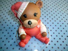 Topo de bolo ursinho com roupas rosas, pode ser feito em outras cores ,feito em biscuit .