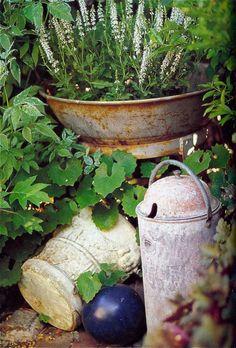Google Image Result for http://www.thegardenerseden.com/wp-content/uploads/2010/07/Object-in-the-Garden-Flea-Mkt-Decorating-InghamHolt-BHG.jpg