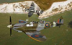 Zdjęcie numer 1 w galerii - Książę Harry w zabytkowym myśliwcu nad wyspą Wight. A pilot wykonuje pętlę... [WIDEO]