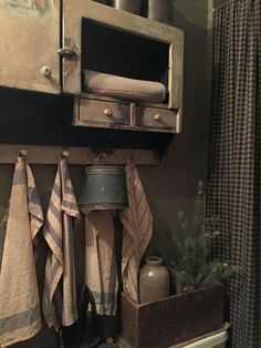 Primitive Bathrooms 346988346293107233 - Love the pegboard with towels and bucket. Source by inasalsi Country Decor, Country Primitive, Vintage House, Rustic Bathrooms, Primitive Decorating Country, Primitive, Primitive Christmas, Primitive Bathrooms, Primitive Kitchen