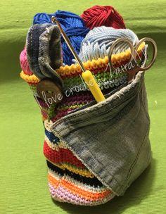 Porta oggetti realizzato all'uncinetto utilizzando avanzi di cotone e jeans.