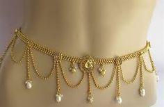 Bridal Jewelry Chain Kamarband - Check-out some elegant and awesome sari belts or kamarband designs, as you say! You can either buy them online or go to your nearest jeweler to get a gold kamarband design for yourself. Waist Jewelry, Body Chain Jewelry, Jewelry Shop, Jewelry Design, Fashion Jewelry, Indian Jewellery Online, Indian Jewelry, Cartier Jewelry, Gold Jewellery