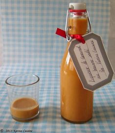 Salted butter caramel liqueur , Discover the recipe Liquor of salted butter caramel on cuisineactuelle. Juice Drinks, Cocktail Drinks, Fun Drinks, Beverages, Homemade Liqueur Recipes, Homemade Liquor, Infused Water Bottle, Drink Recipes, Christmas