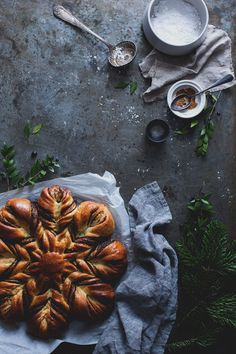 Snowflake Bread is beautiful for christmas Food Styling, Star Bread, Dark Food Photography, French Food, Cookies Et Biscuits, Food Inspiration, Love Food, Sweet Recipes, Food Porn