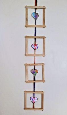 Met ijsstokjes maak je ook voor moederdag zonder problemen een mooie hanger want zeg nou zelf: Moeder vind een eigen knutselwerk altijd het mooist! 5 Min Crafts, Diy Crafts To Sell, Diy Crafts For Kids, Handmade Crafts, Fun Crafts, Arts And Crafts, Popsicle Stick Crafts, Popsicle Sticks, Craft Stick Crafts