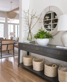 32 Awesome Entryway Decor Ideas That Make Your House Impressive! 32 Awesome Entryway Decor Ideas That Make Your House Impressive! Decoration Hall, Decoration Entree, Entryway Wall Decor, Entryway Tables, Room Decor, Entryway Ideas, Entryway Table Modern, Wood Entry Table, Entry Hall Table