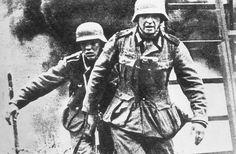 70 anos do fim da Segunda Guerra Mundial Legenda: Tropas alemãs durante a ocupação de vilarejo na URSS (Three Lions/Getty Images)