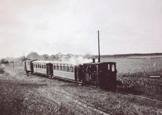 De Stoomlocomotief 28 van de RTM is zojuist vertrokken vanaf Goudswaard, richting Piershil.