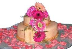 Pastel decorado con flores y perlas comestible.