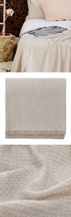 Für unsere Kollektion Nishio wird edelste Kaschmirwolle in zwei unterschiedlichen Farben in Ton-in-Ton zu einer elegant schlichten Decke in Waffelpiqué mit kurzen umlaufenden Fransen verwoben. Die Decke ist wunderbar weich und leicht und passt sich dank des dezenten Designs jedem Sofa- und Sesselstil an. Die Wolle, die aus der Inneren Mongolei stammt, ist mit dem Zertifikat OEKO-TEX® Standard 100 ausgezeichnet.
